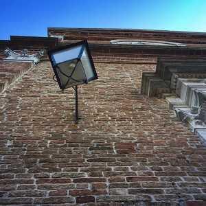Particolare di lampione di fianco all'ingresso principale. — (Archivio Venipedia/Bazzmann)