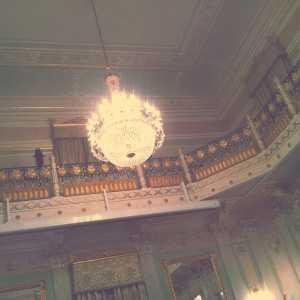 Sale Apollinee: uno dei lampadari e un particolare del ballatoio.