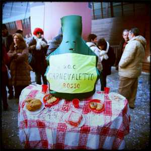 Costumi creativi a Carnevale: una bottiglia di vino corredata di tavola imbandita. (Archivio Venipedia/Bazzmann)