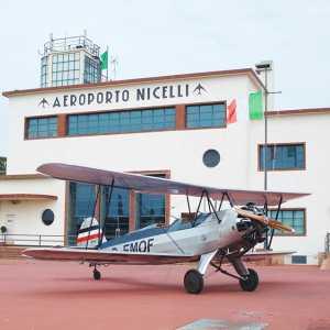 L'aerostazione e la torre di controllo dell'aeroporto Nicelli — [Hermannk](https://de.wikipedia.org/wiki/Datei:FW44-auf-Nicelli.JPG), CC BY-SA 3.0.