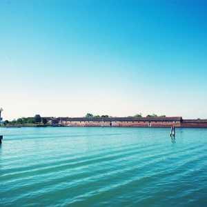 Vista sul Lazzaretto Vecchio dalla Riva di Corinto, Lido di Venezia. — (Archivio Venipedia/Bazzmann)