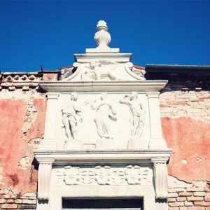 La raffigurazione di Cristo Redentore tra San Rocco e San Sebastiano, insieme ai tre stemmi dei Provveditori alla Sanità. — (Archivio Venipedia/Bazzmann)