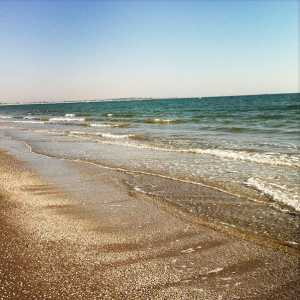 Le onde del mare che accarezza la spiaggia del Lido.