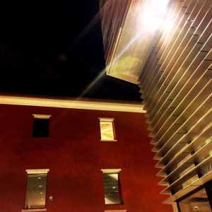 Visione notturna di due degli edifici dell'M9.