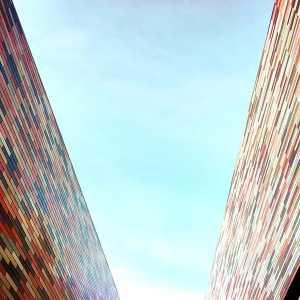 Vista delle due pareti colorate, verso il cielo.