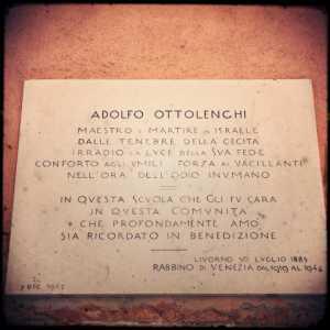 Targa commemorativa dedicata al Rabbino Adolfo Ottolenchi.