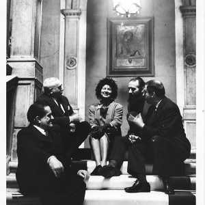 Giuseppe Marchiori, Giovanni Comisso, Peggy Guggenheim, Emilio Vedova e Giuseppe Santomaso sullo scalone del Comune di Venezia il giorno in cui viene conferita a Peggy la cittadinanza onoraria di Venezia; 5 febbraio 1962.