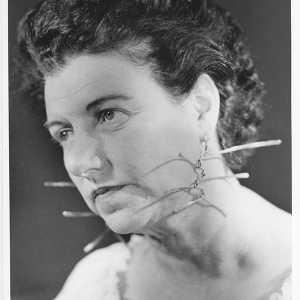 Peggy Guggenheim con gli orecchini realizzati per lei da Alexander Calder; anni '50.