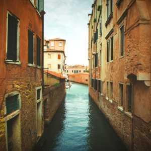 Le case che si affacciano sul canale.